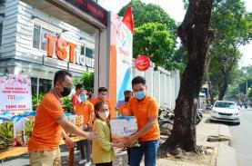 TST tourist trao quà đến các hộ gia đình khó khăn phường 14, quận 3