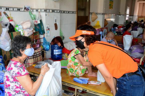 TST tourist trao quà cho các cụ tại chùa Lâm Quang, Q.8, Tp.HCM